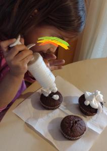 малката Ели прави мъфини в Детска къща